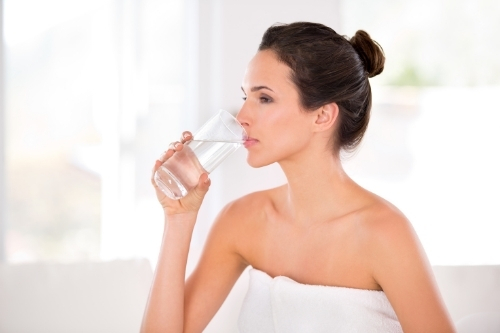 За да имате гладка кожа без бръчки, пийте повече вода за добра хидратация.