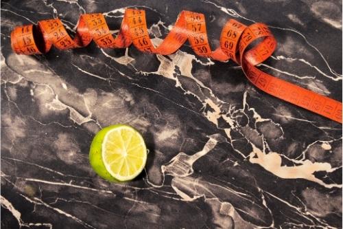 Лимонов сок се използва за горене на мазнините и отслабване, той пречиства организма, съдържа и много витамин Ц за силен имунитет.